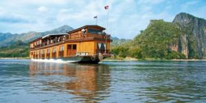 Un bateau circulant sur le Mekong