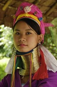 Jeune femme au long cou de la tribu des Padaung dite femme girafe à Chiang Mai