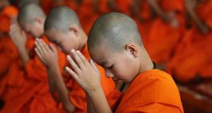 Un enfant moine qui apprend le bouddhisme Théravada