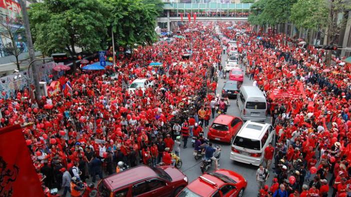 Rassemblement de chemises rouge, partisans de l'ex premier ministre Taksin le 19 septembre 2010.