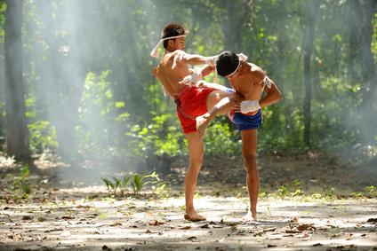 Combat de Muay Thai en pleine forêt thailandaise