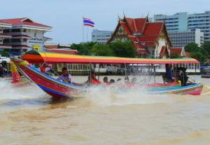 Bateau Taxi sur un Long queue à Bangkok