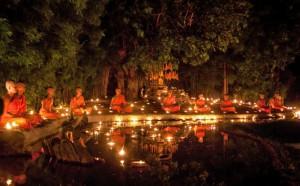 Méditation lors de la fête du Visakha Bucha à Chiang Mai