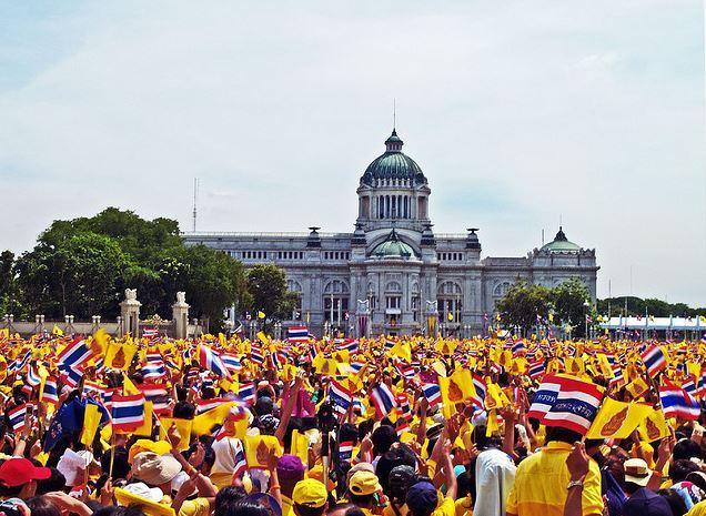 Une foule de partisans venu acclamer le roi de Thailande pour son anniversaire