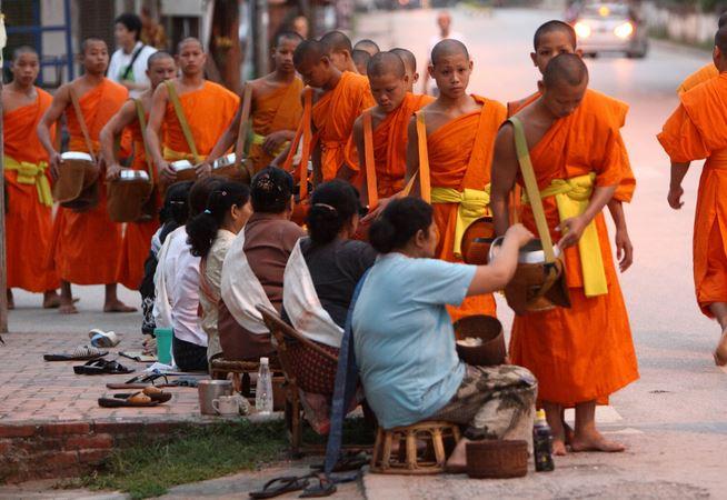 Moine bouddhiste Thai nourris par la polulation