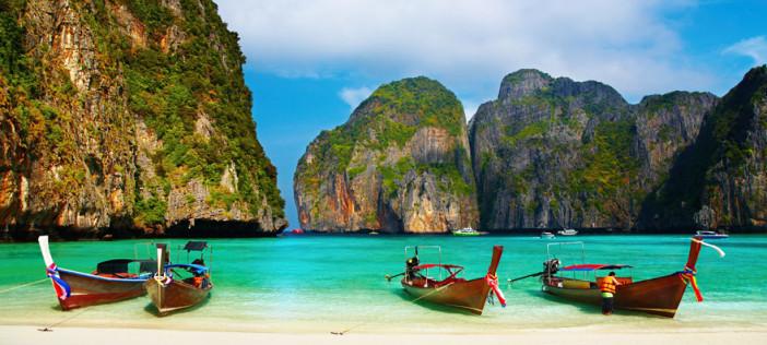 Plage de Phuket avec des bateaux longue queue pour aller se balader