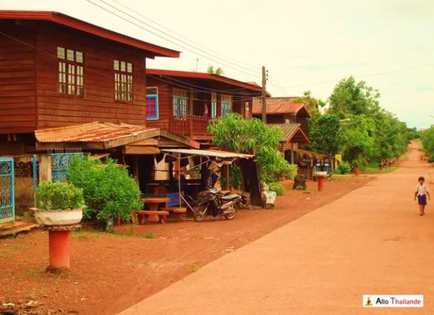 Maison traditionnel en bois bordant les rues du village